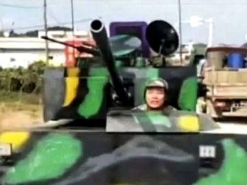 Ciudadano chino con su propio tanque