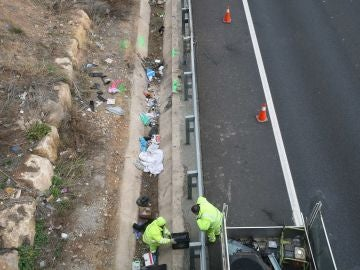 Los operarios en la zona donde ha caído el coche