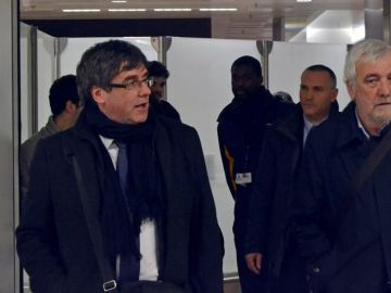 El expresidente de la Generalitat de Cataluña, Carles Puigdemont junto al empresario Josep María Matamala en Bruselas