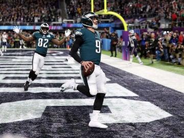 Nick Foles anota un touchdown en la Super Bowl