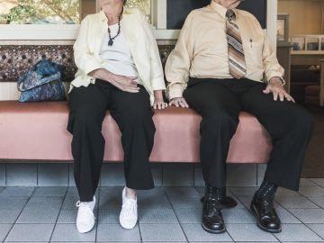 Un matrimonio octogenario, esperando