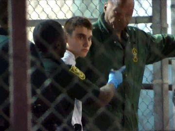 Cruz es llevado a prisión tras ser acusado de 17 cargos de asesinato