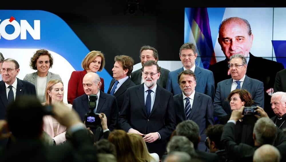 El presidente del Gobierno, Mariano Rajoy, junto al exministro del Interior Jorge Fernández Díaz entre otros en un acto de la razón