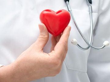 Imagen de una trabajadora sanitaria con un corazón
