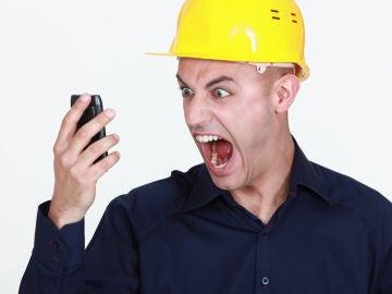 Un obrero gritando por teléfono