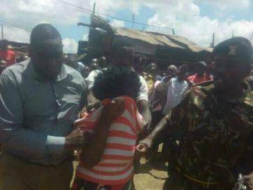 Momento de la detención de una mujer en Kenia por intentar robar un bebé