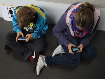 Niños enganchados al teléfono móvil