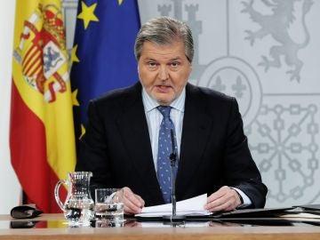 Méndez de Vigo durante la rueda de prensa tras la reunión del consejo de ministros en el Palacio de la Moncloa