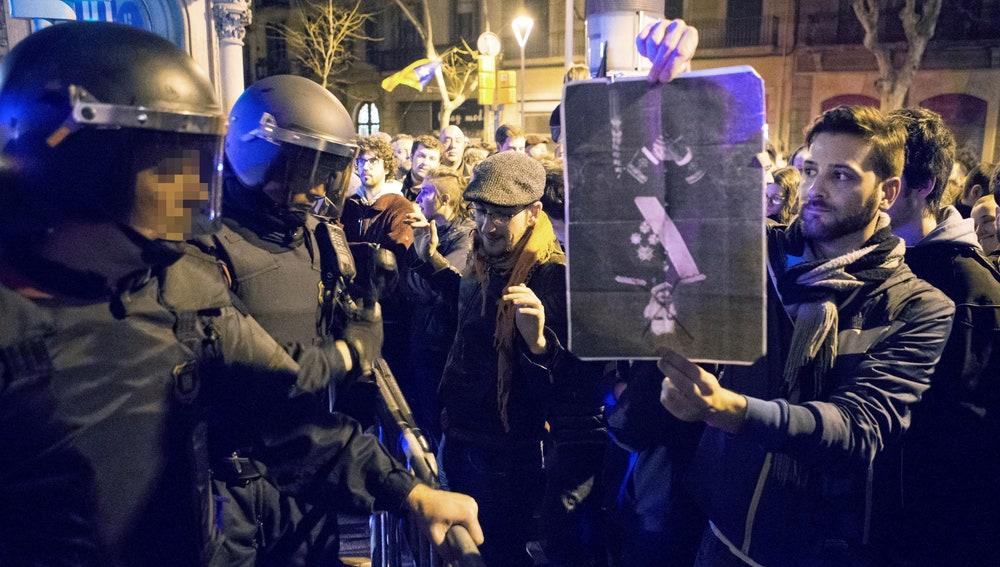 Protestas por la presencia de Felipe VI en el Mobile World Congress