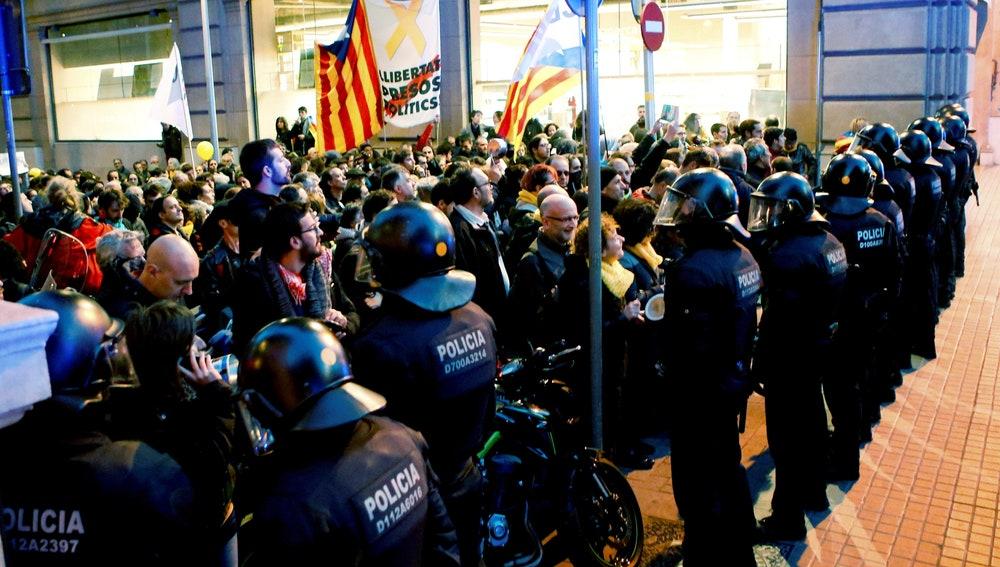 Manifestantes concentrados en los alrededores del Palau de la Música