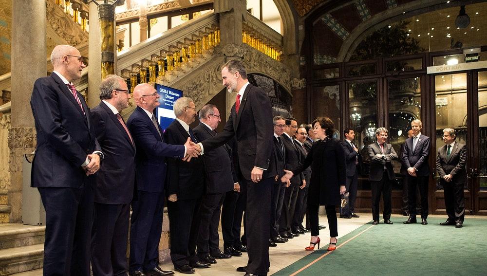 El Rey Felipe VI saluda al consejero delegado de la asociación GSMA