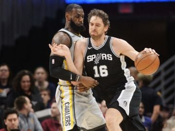 Pau Gasol, defendido por LeBron James