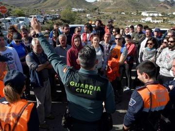 Un Guardia Civil organiza un grupo del dispositivo de búsqueda del niño