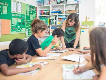 Una profesora imparte clase en un colegio
