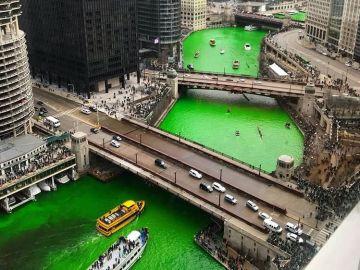 Imagen del río de Chicago teñido de verde