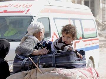 Varios civiles en una evacuación en Siria