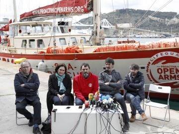 El fundador de la ONG Pro Activa Open Arms, Òscar Camps, acompañado de Joan Manuel Serrat, Ada Colau, Jordi Villacampa yJordi Évole.