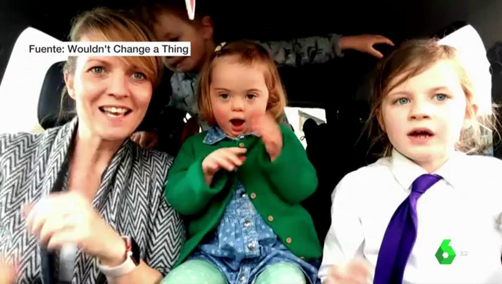 Madre cantando con su hija por el Día Mundial del Síndrome de Down