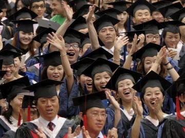 Un grupo de estudiantes durante su graduación en China