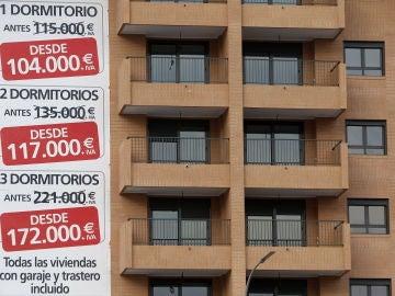 Cartel de promoción inmobiliaria en un edificio