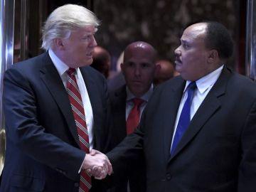 Donald Trump saluda al hijo de Martin Luther King