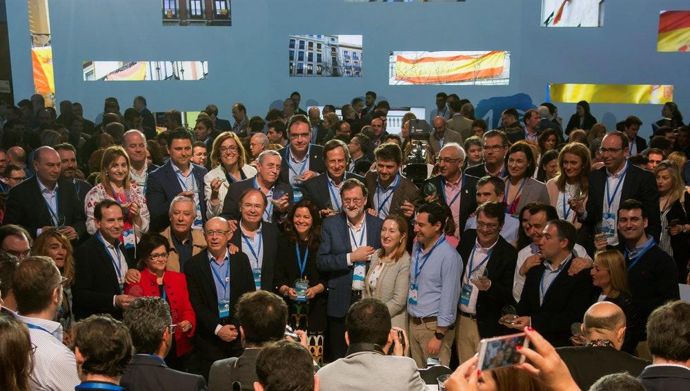 El presidente del Gobierno, Mariano Rajoy, posa en la foto de familia