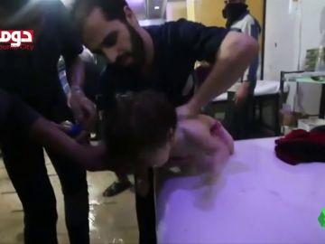 Niños asfixiándose, médicos desbordados lavando a las víctimas para eliminar el gas tóxico... las terribles imágenes del ataque químico en la ciudad siria de Duma