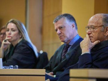 Jacinto S. M., junto a su abogado, en la vista oral de la Audiencia Provincial de Tenerife