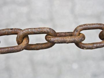 Una cadena de metal