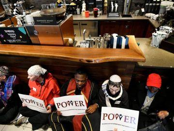 """Miembros del movimiento """"POWER Interfaith"""" protestan en una cafetería Starbucks en el centro de Filadelfia"""