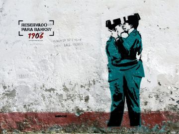 Imagen de dos guardias civiles besándose que podría ser de Banksy