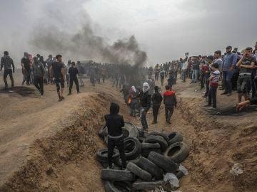 Un grupo de palestinos protesta en la frontera de Gaza
