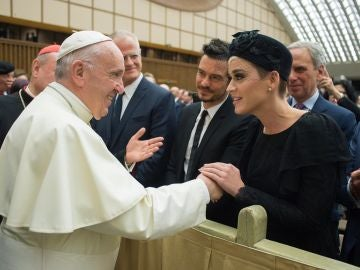 El papa Francisco saluda a Katy Perry, Orlando Bloom y Peter Gabriel