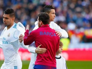 Cristiano y Messi se saludan antes de un partido