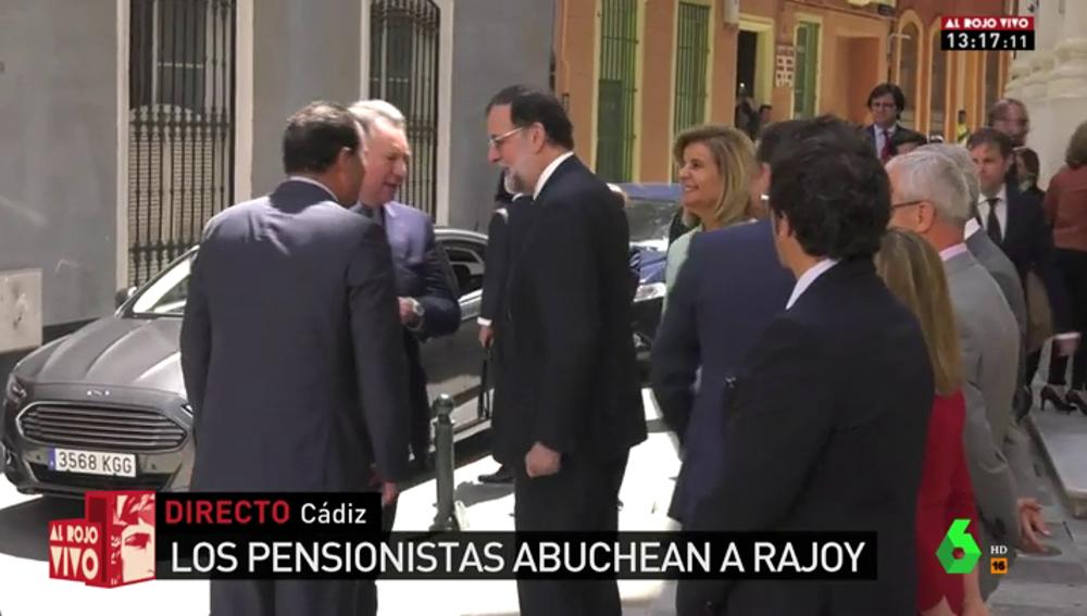 """Los pensionistas reciben entre abucheos a Rajoy a su llegada a Cádiz: """"Vosotros, fascistas, sois los terroristas"""""""