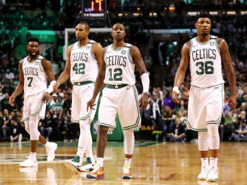 Los jugadores de los Celtics celebran la victoria