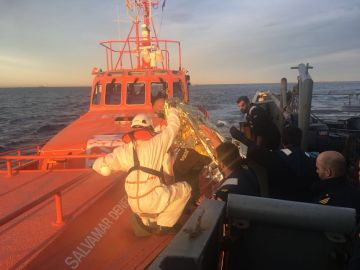 Momento en el que la Armada transfiere al rescatado a Salvamento Marítimo