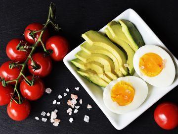 El aguacate, los huevos y la mantequilla son alimentos habituales en las ditas ceto