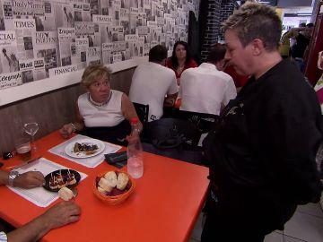 Una clienta discute con Pili en Pesadilla en la cocina: Casa Pili