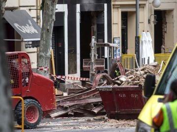 Escombros junto al edificio en rehabilitación que sufrió el derrumbe en el distrito madrileño de Chamberí