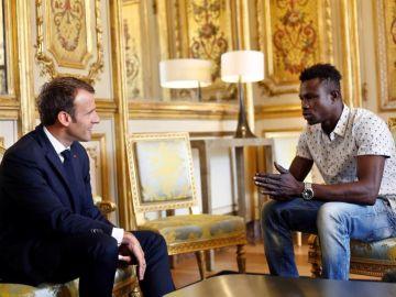 Emmanuel Macron se reúne con Mamoudou Gassama, el inmigrante maliense que escaló un edificio para rescatar a un niño en París