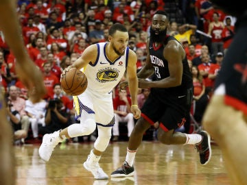 Curry avanza con el balón ante la defensa de James Harden