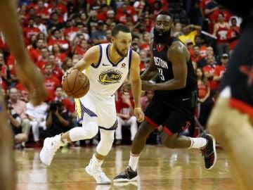 Curry avanza con el balón ante la defensa de James Harden
