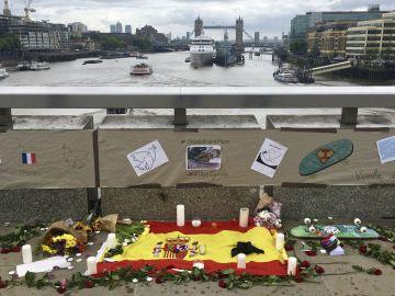 Vista de un homenaje a la víctima española de los atentados terroristas