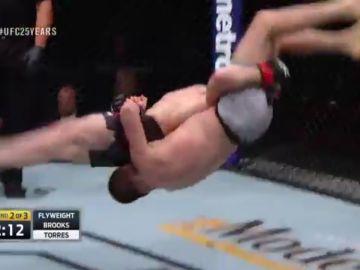 La llave de Brooks a Torres en su combate de la UFC