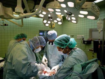 Imagen de archivo de varios cirujanos trabajando en una operación de transplante de riñón de un donante vivo