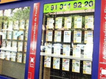 Imagen de archivo del escaparate de una inmobiliaria en Madrid, con anuncios de pisos en alquiler