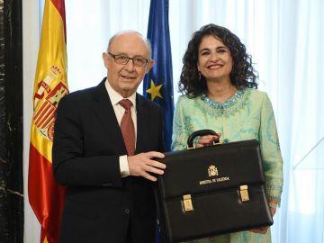 María Jesús Montero recibe la cartera de Hacienda de manos de Cristóbal Montoro