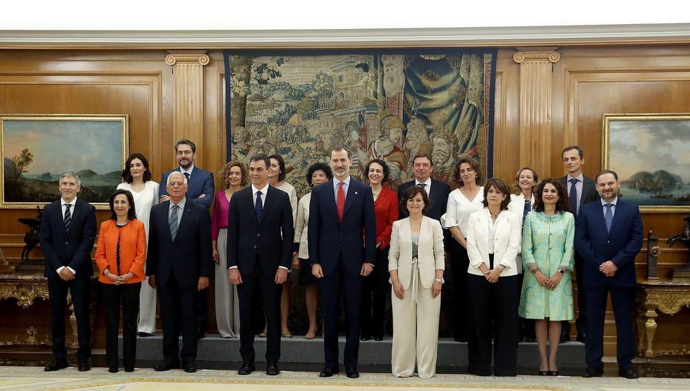 El rey Felipe VI y el presidente del gobierno Pedro Sánchez posan tras la promesa del cargo de los nuevos ministros