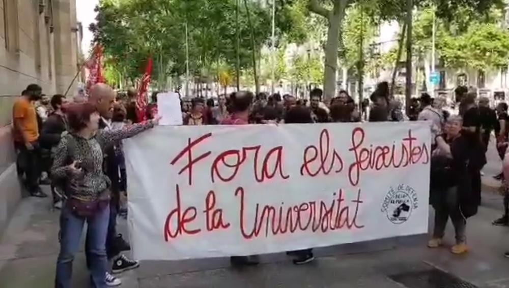 Protesta frente al Aula Magna de la Universidad de Barcelona donde se celebraba el acto de SCC